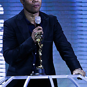 MON/Monte Carlo/20100512 - World Music Awards 2010, Guba Gooding Jr reikt outstanding award uit