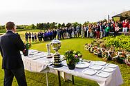17-05-2015 NGF Competitie 2015, Hoofdklasse Heren - Dames Standaard - Finale, Golfsocieteit De Lage Vuursche, Den Dolder, Nederland. 17 mei. CELEBRITIES Willem Zelsmann NGF President tijdens de prijsuitreiking.