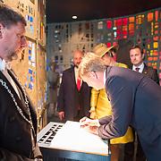 LUX/Luxembug/20180523 - Staatbezoek Luxemburg 2018 dag 1, kranslegging  en ondertekening gastenboek door Willem-Alexander