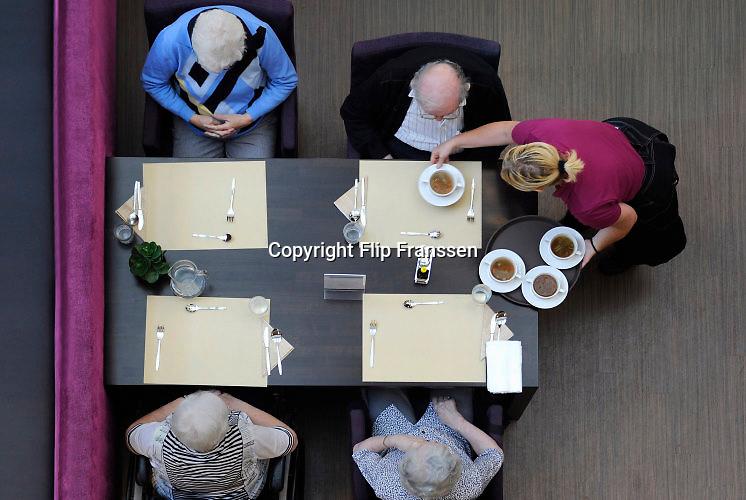 Nederland, Nijmegen, 15-8-2016NIET BIJ VERHALEN OVER FRAUDE, FOUTEN OF MISSTANDEN IN DE (OUDEREN)ZORG. NIET NAAR BELGIE.(BELGA). PAS AU BELGIQUE.In een verzorgingshuis wordt het middageten door een medewerkster van de keuken uitgeserveerd.Foto: Flip Franssen