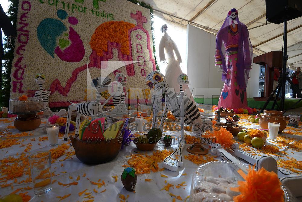 Toluca, México (Octubre 28, 2016).- El DIFEM realizo un concurso de Ofrendas Intergeneracionales Jóvenes-Adultos Mayores, que se instalo en la Plaza Ángel María Garibay, mostrando la riqueza que tiene el Estado de México respecto a la tradición de Día de Muertos.  Agencia MVT / Crisanta Espinosa