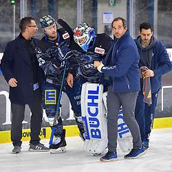 Torwart Timo Pielmeier (Nr.51 - ERC Ingolstadt) wird von Maurice Edwards (Nr.23 - ERC Ingolstadt) und den Betreuern und Ärzten vom Eis gebracht beim Spiel in der DEL, ERC Ingolstadt (dunkel) - Grizzlys Wolfsburg (hell).<br /> <br /> Foto © PIX-Sportfotos *** Foto ist honorarpflichtig! *** Auf Anfrage in hoeherer Qualitaet/Aufloesung. Belegexemplar erbeten. Veroeffentlichung ausschliesslich fuer journalistisch-publizistische Zwecke. For editorial use only.