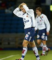 Fotball. Eliteserien 18. august 2002. Vålerenga - Viking, Ullevål stadion. Erik Nevland, Viking fortviler. Uskrap i bakgrunnen Morten Berre.<br /> <br /> Foto: Andreas Fadum, Digitalsport.