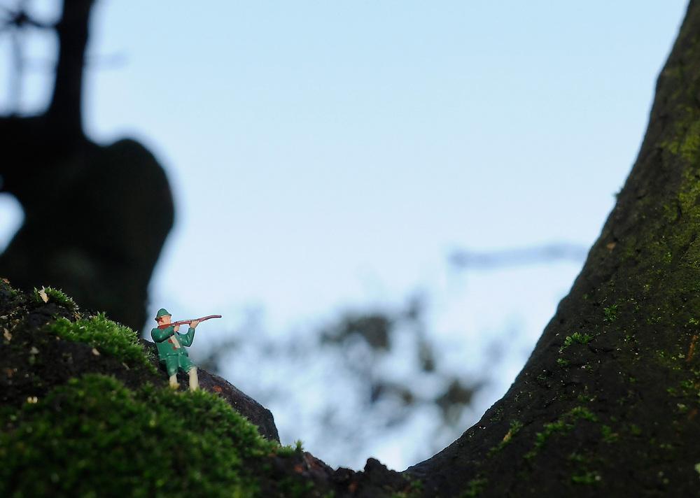 Jäger mit Gewehr; Spielzeugfigur in realer Szene     hunter with rifle     