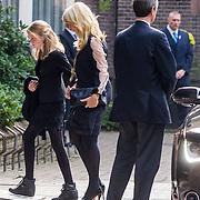 NLD/Laren/20130102 - Uitvaart John de Mol Sr., aankomst Linda de Mol met kinderen Noa en Julian samen met partner Jeroen Rietbergen