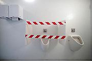 Nederland, Nijmegen, 10-9-2020 Toiletten in het Valkhofmuseum in Nijmegen . De pisoirs zijn op een na vanwege de coronamaatregelen met afzetlint afgesloten, afgezet met afzetlint . . Foto: ANP/ Hollandse Hoogte/ Flip Franssen