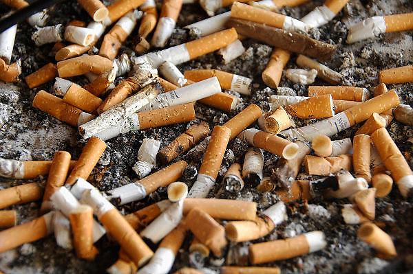 Nederland, Nijmegen, 22-9-2008Asbak buiten een horecagelegenheid waar peuken van sigaretten in liggen. Ashtray outside a restaurant where cigarette stubs lie in.Foto: Flip Franssen