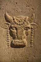 Autel Taureaubolique.<br /> Lemusee gallo-romain de Lyona ete construit pres des theatres romains, sur la colline deFourviere, situee autrefois au cœur de la cite romaine de Lugdunum. <br /> Capitale de la province Lyonnaise, c etait une cite gallo-romaine importante et prospere qui a laisse de nombreux vestiges.<br /> Le musee actuel, construit par l architecteBernard Zehrfussa ete inaugure en 1975. Le batiment est inscrit en bordure du site antique, enterre sous la colline de fourviere.Les deux monuments majeurs de la cite : le theatre et l odeon, sont desormais integres au secteur classePatrimoine Mondialpar l UNESCO.A l interieur, on y accede par une rampe en beton brut descendant en spirale et se ramifiant vers des paliers destines a l exposition des collections du musée.<br /> Ce musee reçoit a peu pres 100 000 visiteurs par an.