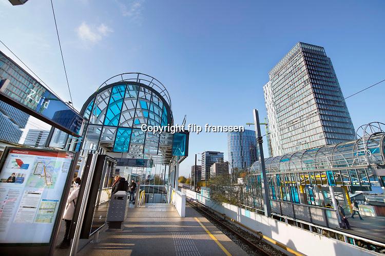 Nederland, Amsterdam, 22-11-2019 Beeld van de zuidas vanuit metrostation, station Amsterdam Zuid .. Foto: Flip Franssen