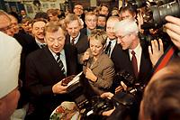 19 JAN 2001, BERLIN/GERMANY:<br /> Eberhard Diepgen, CDU, Reg. Buergermeister Berlin, und Renate Kuenast, B90/Gruene, Bundesverbraucherschutz- und landwirtschaftsministerin, mit einem Rindersteak aus Irland, Eroeffnungsrundgang der Gruenen Woche, Messegelaende Berlin <br /> IMAGE: 20010119-01/01-36<br /> KEYWORDS: Reate Künast, Grüne Woche
