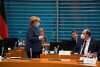 DEU, Deutschland, Germany, Berlin, 16.12.2020: Bundeskanzlerin Dr. Angela Merkel (CDU) und Kanzleramtsminister Helge Braun (CDU) vor Beginn der 124. Kabinettsitzung im Bundeskanzleramt. Aufgrund der Coronakrise findet die Sitzung derzeit im Internationalen Konferenzsaal statt, damit genügend Abstand zwischen den Teilnehmern gewahrt werden kann.