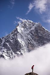 """THEMENBILD - Wanderer vor dem 6000er Cholatse (6.440 m). Wanderung im Sagarmatha National Park in Nepal, in dem sich auch sein Namensgeber, der Mount Everest, befinden. In Nepali heißt der Everest Sagarmatha, was übersetzt """"Stirn des Himmels"""" bedeutet. Die Wanderung führte von Lukla über Namche Bazar und Gokyo bis ins Everest Base Camp und zum Gipfel des 6189m hohen Island Peak. Aufgenommen am 16.05.2018 in Nepal // Trekkingtour in the Sagarmatha National Park. Nepal on 2018/05/16. EXPA Pictures © 2018, PhotoCredit: EXPA/ Michael Gruber"""