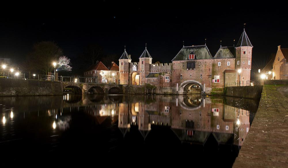 Nederland, Amersfoort, 16  jan 2012.Koppelpoort, historische poort van Amersfoort en rivier de Eem..Foto (c): Michiel Wijnbergh