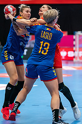 (L-R) Laura Petru Popa of Romania, Aleksandra Rosiak of Poland, Cristina Laslo of Romania in action during the Women's EHF Euro 2020 match between Poland and Romania at Sydbank Arena on december 05, 2020 in Kolding, Denmark (Photo by RHF Agency/Ronald Hoogendoorn)