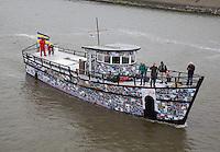 HARLINGEn - Terug in Harlingen.  - de HSDL 058, van kunstenaar Marten Winters is een boot gemaakt van Papier Mache. Het schip is overgestoken over de Waddenzee op deel  uit te maken van het festival Into The Great Wide Open. ANP COPYRIGHT KOEN SUYK