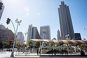 De tramhalte bij het begin van Market Street in San Francisco. De Amerikaanse stad San Francisco aan de westkust is een van de grootste steden in Amerika en kenmerkt zich door de steile heuvels in de stad.<br /> <br /> Tram stop at the start of Market Street in San Francisco. The US city of San Francisco on the west coast is one of the largest cities in America and is characterized by the steep hills in the city.