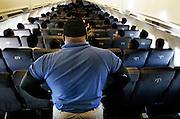 Cada año más de 400.000 extranjeros ilegales son deportados de los EE.UU.. Muchos de ellos son deportados en aviones de regreso a su país de origen. La mayoría de los vuelos van a México y América Central, y son una mezcla extraña  de gángsters y agricultores ilegales que cruzaron la frontera sur de EE.UU. en busca de una mejor vida.<br /> Dado que no se permiten armas en los vuelos de deportación muchos de los guardias contratados son ex jugadores de fútbol americano y entrenados en arte marciales.