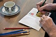 Nederland, Millingen, 12-12-2017Demente ouderen krijgen dagbesteding, bezigheidstherapie, en maken of kleuren kerstkaarten.Foto: Flip Franssen