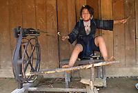 Vietnam. haut Tonkin. Region de Sapa. Filage de la laine dans un village Hmong Noir. // Vietnam. North Vietnam. Sapa area. Whool spinning on the Black Hmong village.