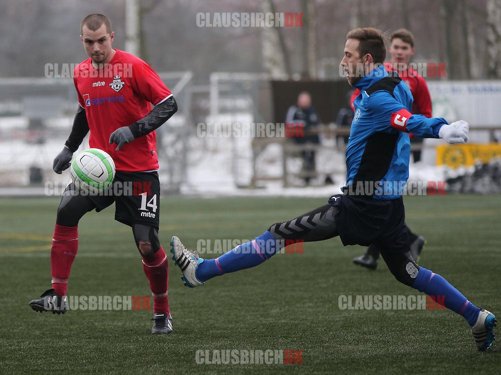 Toke Morsing (Roskilde KFUM) kæmper med Klaus Lykke (FC Helsingør).