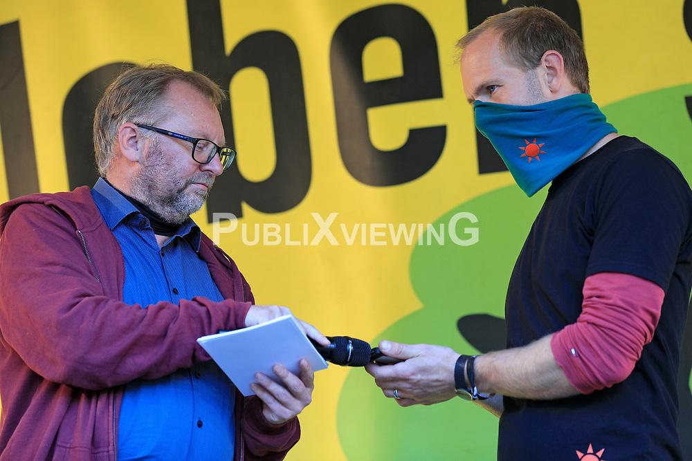 Wenige Tage nach Bekanntwerden des Umstands, dass der Salzstock im Wendland nicht weiter auf die Eignung als Atommülllager erkundet werden soll, feiern Atomkraftgegner das Aus für Gorleben nach 43 Jahren des Widerstands. Im Bild: Torsten Koopmann (links) und Jan Becker<br /> <br /> Ort: Gorleben<br /> Copyright: Andreas Conradt<br /> Quelle: PubliXviewinG