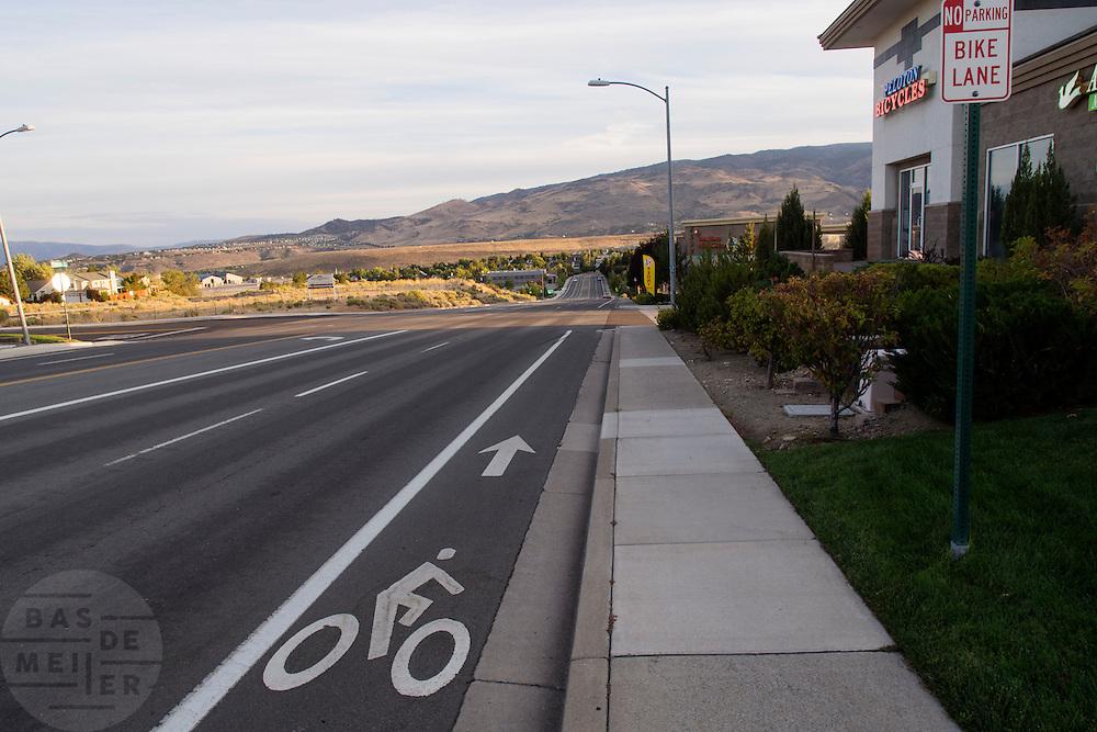 Een fietspad in de Amerikaanse stad Reno, met daarnaast een fietswinkel.<br /> <br /> A bike lane in Reno, near a bicycle shop.