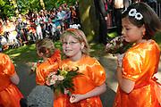KONINGINNEDAG 2009 in Apeldoorn / Queensday 2009 in the city of Apeldoorn.<br /> <br /> Op de foto / On the Photo: Het bloemenmeisje van Maqxima, Maxima heerft haar ook bij haar geboorte vastgehouden