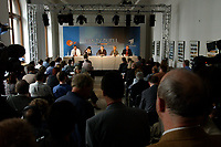 07 AUG 2002, BERLIN/GERMANY:<br /> Nikolaus Brender, ZDF Chefredakteur, Maybritt Illner, ZDF TV Moderatorin, ein Presseprecher, Sabine Christiansen, ARD TV Moderatorin, und Hartmann von der Thann, ARD Chefredakteur, waehrend einer Pressekonferenz von ARD und ZDF zu den bevorstehenden TV Duellen zwischen Kanzler und Unions-Kanzlerkandidat, Museum fuer Kommunikation<br /> IMAGE: 20020807-01-022<br /> KEYWORDS: Fernsehduell, Duell, Wahlkampf, Polit-Talk,