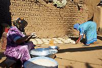 Egypte, Haute Egypte, croisiere sur le Nil entre Louxor et Assouan, village pres de El Kaab, fabrication du pain // Egypt, cruise on the Nile river between Luxor and Aswan, village near  El Kaab, bred making