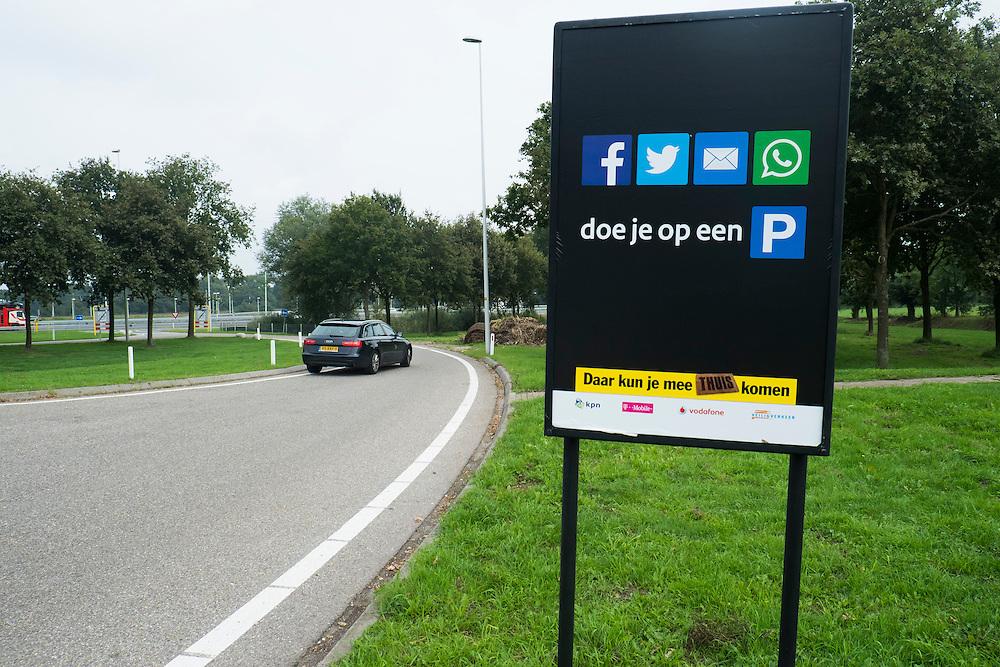 Nederland, Veenendaal, 24 sept 2013<br /> Campagne verkeersveiligheid. Facebooken, twitteren, mailen en whatsappen doe je op een parkeerplaats, niet achter het stuur. Daar kun je veilig mee thuiskomen.<br />  <br /> Foto(c): Michiel Wijnbergh