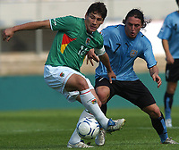 Fotball<br /> Foto: Argenpress/Digitalsport<br /> NORWAY ONLY<br /> <br /> Here Bolivian RONALD RALDES and Uruguayan CRISTIAN G. RODRIGUEZ during the 2010 World Cup qualifying soccer match in Montevideo, October 13, 2007<br /> URUGUAY beat BOLIVIA by 5-0 at the Centenario Stadium in Montevideo Uruguay