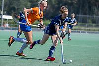 AMSTELVEEN -  Elsie Nix (Pinoke) met Ankelein Baardemans (Bldaal)   tijdens de oefenwedstrijd tussen de dames van Bloemendaal en Pinoke   ter voorbereiding van het hoofdklasse hockeyseizoen 2020-2021.  COPYRIGHT KOEN SUYK