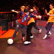 Panna wedstrijd Arena, Katja en Birgit Schuurman voetballend tegen Jennifer de Jong + Tatum Dagelet