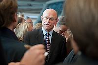 29 SEP 2009, BERLIN/GERMANY:<br /> Thomas Steg, ehem. Stellv. Regierungssprecher und Medienberater von S teinmeier, im Gespraech mit mit Journalisten, waehrend der ersten Fraktionssitzung der SPD nach der Bundestagswahl, Fraktionsebene, Deutscher Bundestag<br /> IMAGE: 20090929-03-022<br /> KEYWORDS: Gespräch
