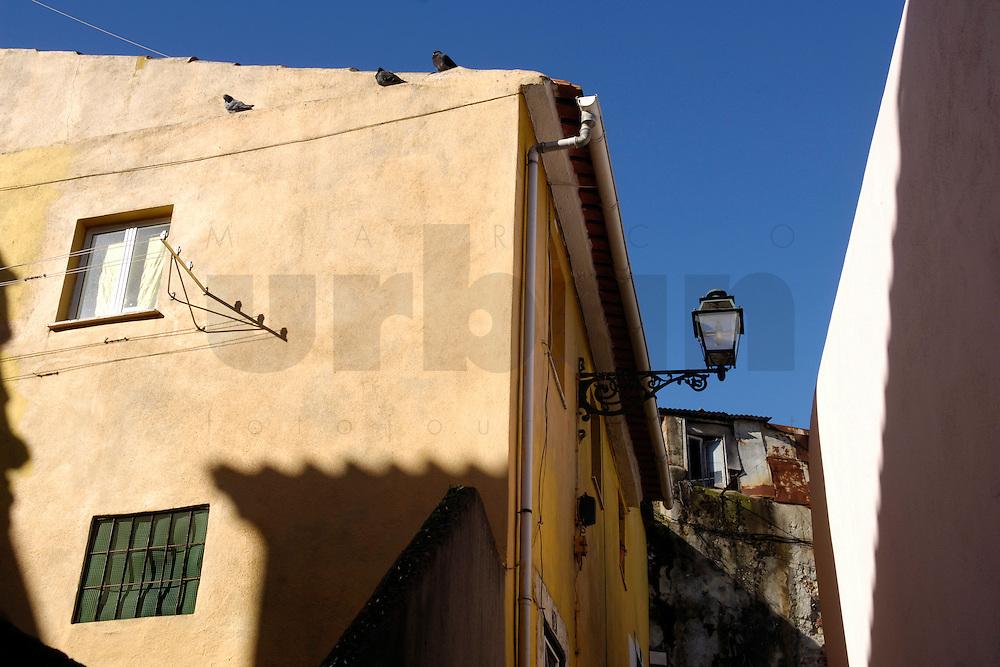 01 JAN 2006, LISBON/PORTUGAL:<br /> Haeuser und Gassen von Alfama, einem historischen Stadtteil der Stadt Lissabon<br /> Houses und Streets of Alfama, a historical district of the city of Lisbon<br /> IMAGE: 20060101-01-005<br /> KEYWORDS: Lisboa, Reise, travel, Stadtansicht, Europa, europe, cityscape, Häuser, Haus