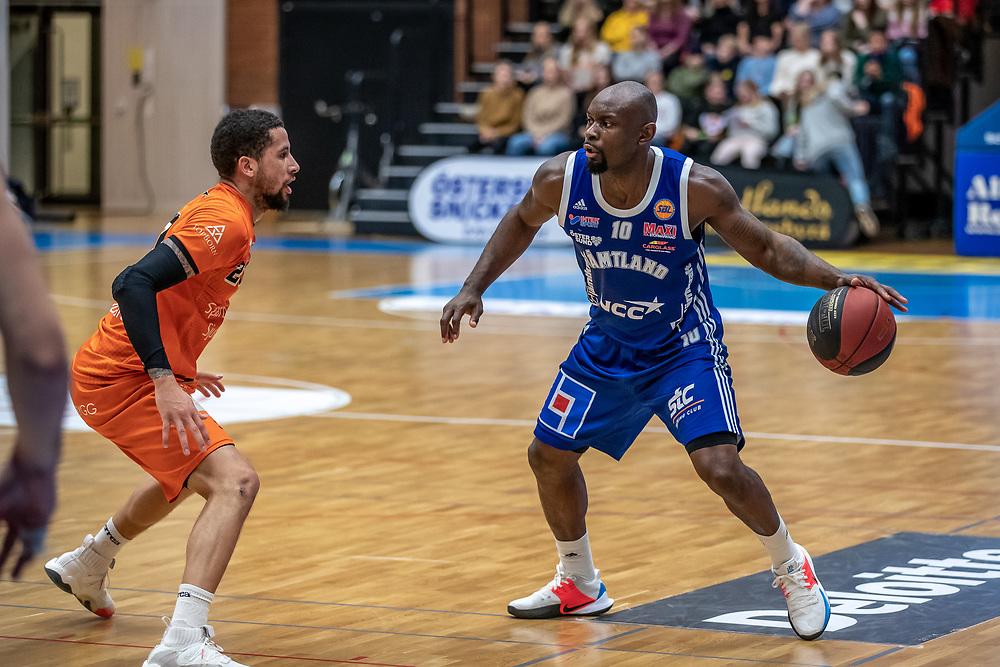 ÖSTERSUND 20200117<br /> Jämtlands Tomas Massamba under fredagens match i basketligan mellan Jämtland Basket och Borås Basket i Östersunds Sporthall.<br /> <br /> Foto: Per Danielsson/Projekt.P