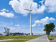 Windmills along a road in industrial area near Rotterdam. / Windmolenens langs de weg in industrieel landschap bij Rotterdam