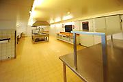 De succesvolle expositie 'Beeld van Beatrix' is vanaf 12 juli 2013 te zien bij Paleis Soestdijk. De 68 bijzondere werken waren voorheen bij Paleis Het Loo tentoongesteld ter gelegenheid van de 75ste verjaardag van koningin Beatrix<br /> <br /> The successful exhibition 'Image of Beatrix' is from July 12, 2013 on display at the Royal Palace Soestdijk The 68 special works were previously exhibited at  Palace Het Loo on the occasion of the 75th birthday of Queen Beatrix<br /> <br /> Op de foto / On the photo: Keuken / Kitchen