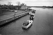 06-10/04/1964.04/06-10/1964.06-10 April 1964.Views on the River Shannon. The quay at Carrick on Shannon, with its brightly painted fittings, bildings and pleasure boats gives a holiday air to this industrious town on the Shannon.