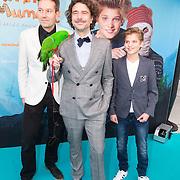 NLD/Amsterdam/20151206 - Filmpremiere Dummie de Mummie en de Sfinx van Shakaba, Roeland Fernhout met groene pappegaai, Julian Ras en Pim van Hoeve