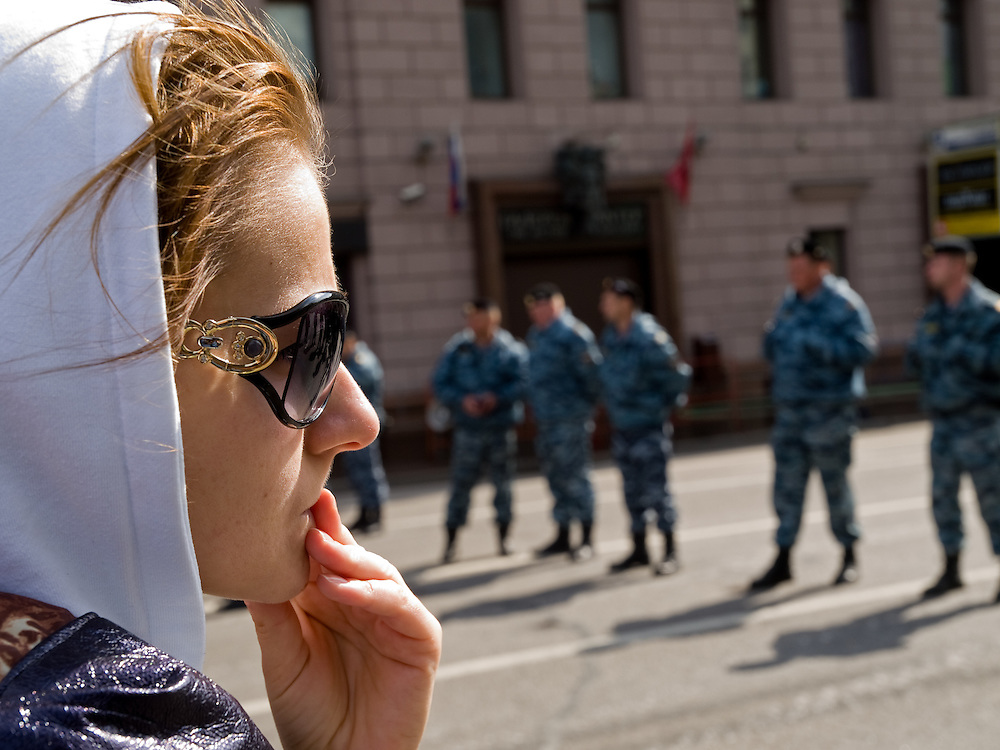 Junge Frau mit Sonnenbrille an der - von russischen Spezialeinheit OMON (OMOH) abgesperrte Prachtstrasse Twerskaja - vor dem Beginn der groessten Militaerparade in Russland seit Ende der Sowjetunion 1991 (9.Mai 2008).<br /> <br /> Young woman with sunglasses at a street blocked by the Russian Special Purpose Police Squad OMON shortly before the Victory Day parade started (took place the 9th of May 2008) which showcased military hardware for the first time since the Soviet collapse.