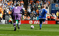 Photo: Steve Bond/Richard Lane Photography. <br />Leicester City v Sheffield Wednesday. Coca-Cola Championship. 26/04/2008. Iain Hume (R) rounds keeper Lee Grant and shots to score Leicester's opener