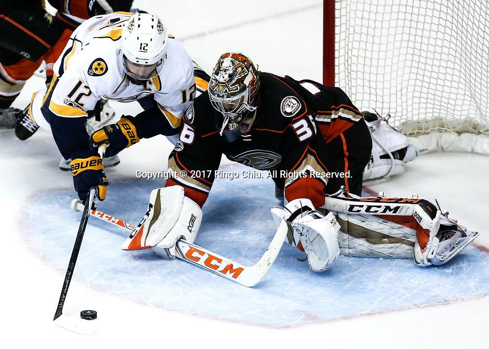 新华社照片,洛杉矶,2017年5月14日 <br />  (体育)(2)冰球——NHL季后赛西部决赛:阿纳海姆鸭队胜纳什维尔捕食者队<br />  5月14日,阿纳海姆鸭队守门员 John Gibson(右)在比赛中扑救纳什维尔捕食者队中锋 Mike Fiher 的攻门。 当日,在美国加利福尼亚州的阿纳海姆举行的2016-2017赛季NHL季后赛西部决赛第二场比赛中,阿纳海姆鸭队主场以5比3战胜纳什维尔捕食者队。 <br />  新华社发(赵汉荣摄)(Photo by Ringo Chiu/PHOTOFORMULA.com)<br /> <br /> Usage Notes: This content is intended for editorial use only. For other uses, additional clearances may be required.