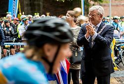 24-06-2017 NED: Start Homeride & Homerun, Utrecht<br /> Vanaf de Domplein startte de HomeRide en Homerun. Een 500km en 200 km event in 24 uur. Burgemeester Jan van Zanen, Renate Westerlaken