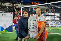 AMSTELVEEN - Tom van Kuyk (Rabobank) met Billy Bakker (Ned)     na de tweede  Olympische kwalificatiewedstrijd hockey mannen ,  Nederland-Pakistan (6-1). Oranje plaatst zich voor de Olympische Spelen 2020. COPYRIGHT  KOEN SUYK