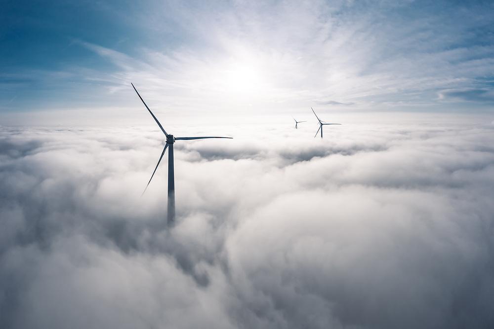 Windräder über dem Wokenmeer, Bayern, Deutschland.