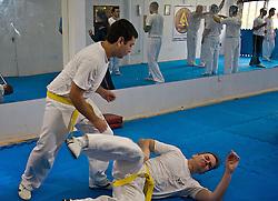 """Krav Magá ou Krav Maga (em hebraico: """"combate próximo"""") é um sistema de defesa pessoal baseado na simplicidade e eficência. Krav Magá não é considerado um desporto, uma vez que não tem uma vertente competitiva pois não existem regras que limitem esta Arte Marcial. Todos os golpes são permitidos e treinados por forma a ultrapassar todo e qualquer tipo de situação de violência do modo mais rápido e eficaz possível. FOTO: Lucas uebel/Preview.com"""