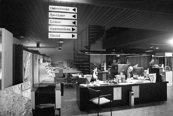 Nederland, Nijmegen, 5-11-1981Het voorlichtingscentrum van de gemeente in het stadhuis, het gemeentelijke Open Huis . Hiet konden burgers, inwoners, zonder afspraak allerlei informatie krijgen en folders belkijken over de gemeente . Ook de burgerraadslieden waren hier ondergebracht. Hier kon men gratis juridisch advies krijgen. Computers, internet of mobiele telefoon bestonden nog niet .Foto: Flip Franssen