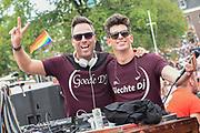 De jaarlijkse Canal Parade is onderdeel van de Amsterdam Gay Pride. Tijdens dit evenement vieren lesbiennes, homos, biseksuelen en transgenders (LHBT) dat ze mogen zijn wie ze zijn en mogen houden van wie ze willen. <br /> <br /> The annual Canal Parade is part of the Amsterdam Gay Pride. During this event lesbians, homosexuals, bisexuals and transgenders (LGBT) celebrate that they can be who they are and are allowed to love who they want.<br /> <br /> Op de foto / On the photo:  Barry Paf
