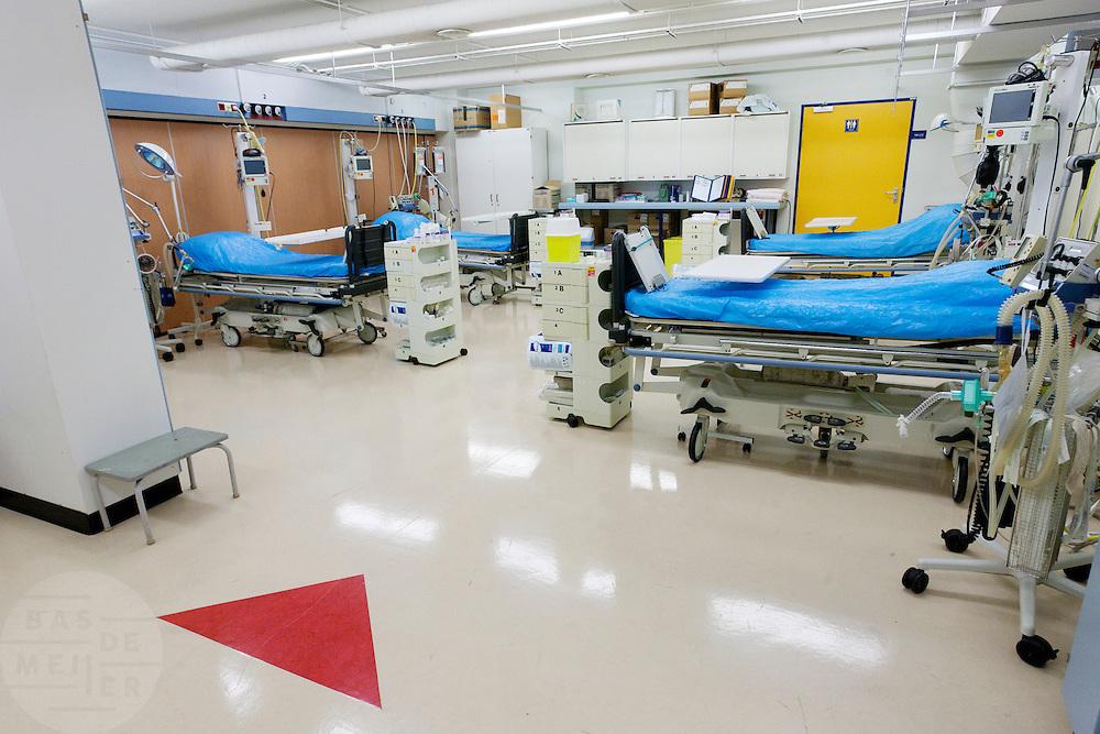 De rode sluis, waar slachtoffers met de ernstigste verwondingen het eerst worden behandeld, van het calamiteitenhospitaal. Binnen een half uur moet de patiënt naar een vervolgafdeling zijn vervoerd. De naam van het slachtoffer is nog niet van belang, bij binnenkomst wordt hij voorzien van een nummer. Bij het calamiteitenhospitaal in Utrecht worden slachtoffers van grote rampen als eerste behandeld. Afhankelijk van de ernst van de verwonding, wordt het slachtoffer ingedeeld in rood, geel of groen. Het hospitaal is uniek in Europa en is gevestigd in de voormalige atoombunker onder het UMC Utrecht. <br /> <br /> The red zone of the trauma and emergency hospital. At the basement of the UMC Utrecht a special hospital for emergency and major incidents is based. Patients are being labelled by number and depending on the injuries they will be transported to the zone red, yellow or green.